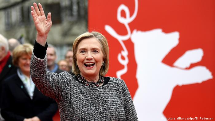 Hilary Clinton waves at the Berlinale (picture-alliance/dpa/B. Pedersen)