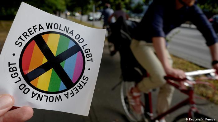 Наклейки свободная от ЛГБТ зона, распространяемые консервативным еженедельником Gazeta Polska