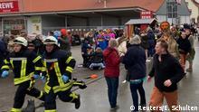 Deutschland Auto fährt in Rosenmontagszug in Volkmarsen