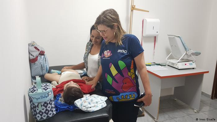 A médica Adriana Melo e o pequeno José Wesley sendo atendido no Ipesq