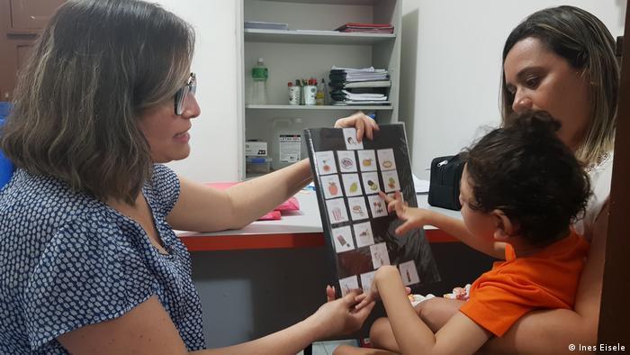 Criança com microcefalia faz terapia no Ipesq, em Campina Grande
