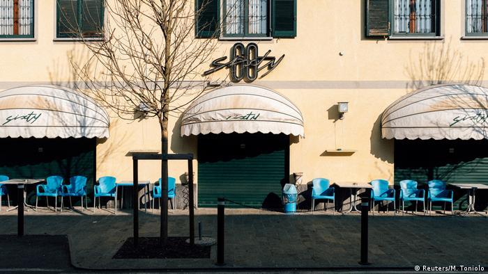 Una cafetería cerrada en San Fiorano, Italia.
