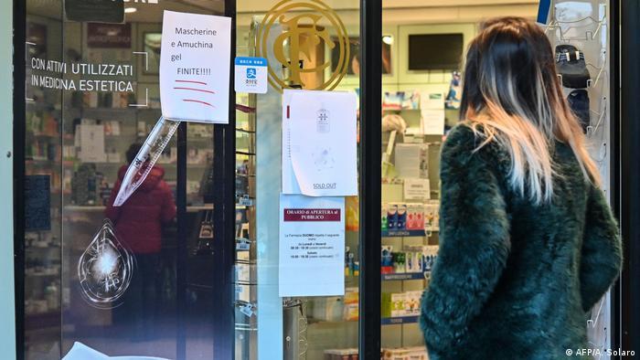 Perempuan di depan apotek, Milan, Italia (AFP/A. Solaro)