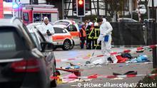 Deutschland Auto fährt in Karnevalsumzug in Hessen