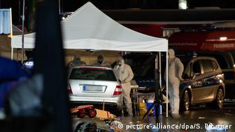 Οι ειδικοί ερευνούν το αυτοκίνητο του δράστη