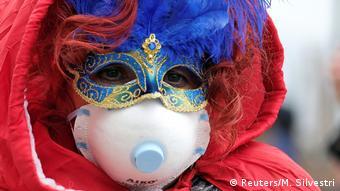 Девушка в карнавальной и респираторной масках в Италии