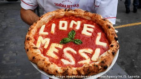 Fudbalski tim Barcelone stigao je u Napulj, prvi put nakon 1978. godine. U ovom italijanskom gradu će se u sklopu Lige šampiona u utorak odigrati utakmica između Barcelone i tima Penya Blaugrana Napoli. Uzbuđenje je veliko, a poznati napuljski pizza majstor je tim povodom za Messija napravio i posebnu pizzu.