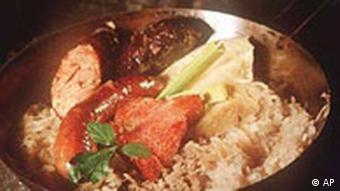 Deutsches Essen: Sauerkraut mit Würstchen, Knödeln und Fleisch