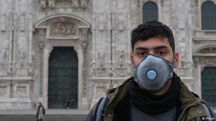 Italien Student mit Maske vor dem geschlossenen Dom in Mailand