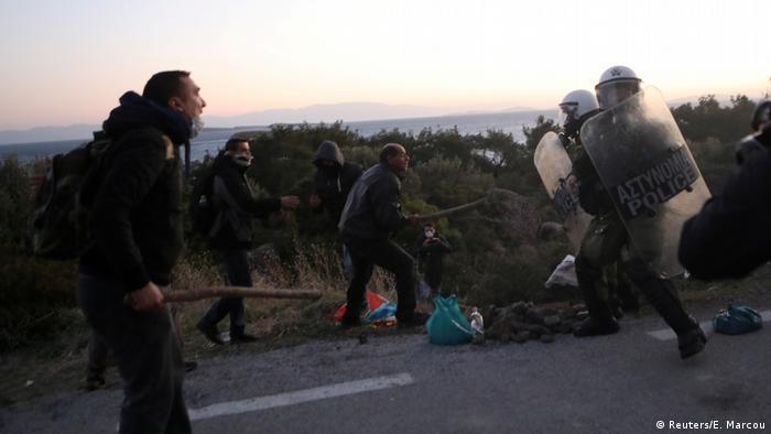 درگیری پلیس یونان با ساکنان لسبوس که نمیخواهند اقامتگاه جدیدی برای پناهجویان در جزیرهشان ساخته شود