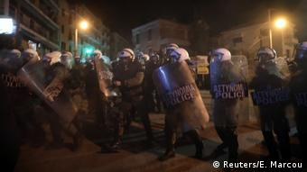Spiegel: «Οι αστυνομικοί αποπαίρνουν ειρηνικούς διαδηλωτές και δημοσιογράφους, τους βρίζουν και τους σκουντάνε»