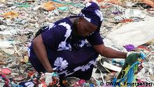 Gambia Recycling Queen Fotografin: Wiebke Feuersenger, DW. Frau sucht nach Plastiktüten