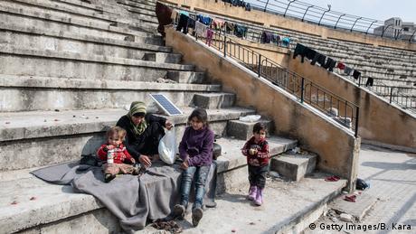Στο Ιντλίμπ συντελείται η μεγαλύτερη ανθρωπιστική καταστροφή του 21ου αιώνα, διαμηνει ο ΟΗΕ. Οι άνθρωποι δεν γνωρίζουν αν θα συμφωνηθεί κατάπαυση του πυρός. Το μόνο που θέλουν είναι να σταματήσει ο πόλεμος και να ζήσουν με αξιοπρέπεια και ασφάλεια. Μέχρι στιγμής είναι άγνωστο αν θα πραγματοποιηθεί τελικά η σχεδιαζόμενη τετραμερής μεταξύ Τουρκίας, Ρωσίας, Γαλλίας και Γερμανίας.