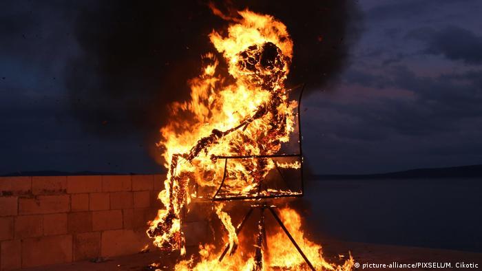 Spaljivanje krnje koji simbolizira zlo godine na karnevalu u Hrvatskoj