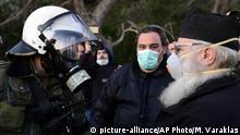 Griechenland Lesbos Ausschreitungen | Polizist und Priester