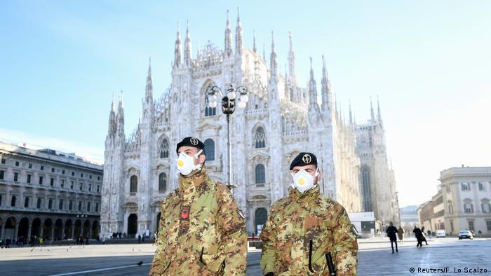 Итальянские военнослужащие в защитных масках и Миланский собор