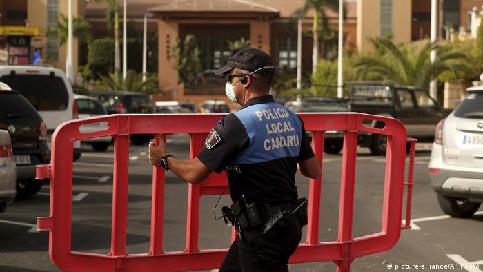 Un policía español acordona el hotel H10 Costa Adeje Palace en Tenerife.