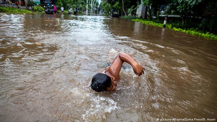 Muchas casas, algunas calles, túneles, carreteras y trenes se inundaron se inundaron en muchas áreas de Yakarta.