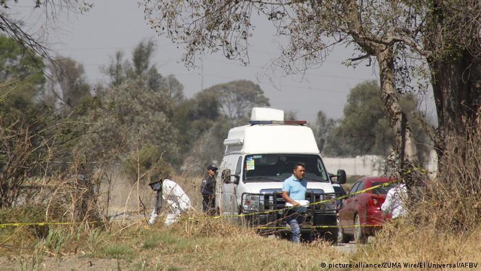 Diligencias forenses tras el asesinato de dos estudiantes colombianos en Puebla.