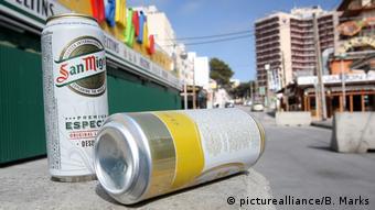 Άδεια κουτιά μπύρας αφήνουν πίσω τους οι τουρίστες