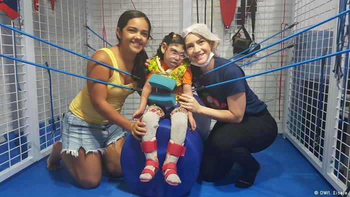 Criança faz fisioterapia no Ipesq, em Campina Grande