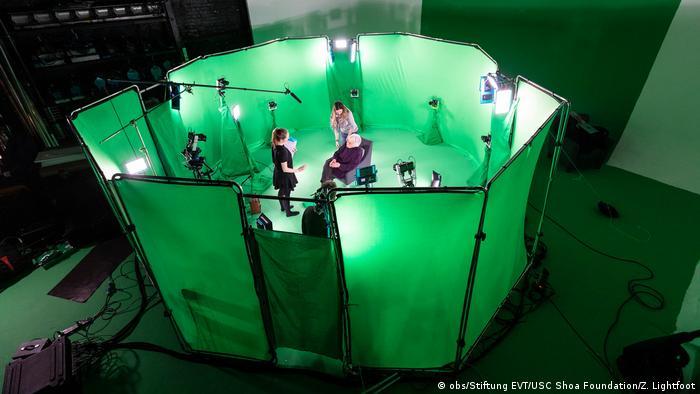 Anita Lasker-Wallfisch sitzt in einem Greenscreen-Zelt im Museum (obs/Stiftung EVT/USC Shoa Foundation/Z. Lightfoot)
