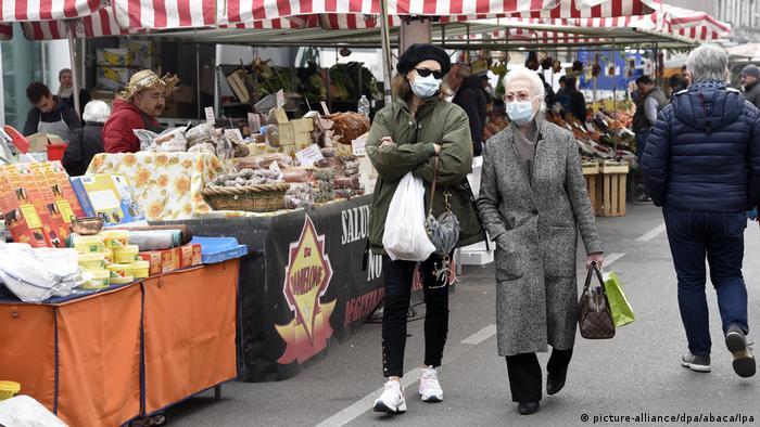 Italien Mailand | Vorsichtsmaßnahmen Coronavirus | Menschen mit Atemschutz
