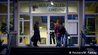 Школьники перед закрытыми дверями профессионального училища в округе Хайнсберг в земле Северный Рейн-Вестфалия