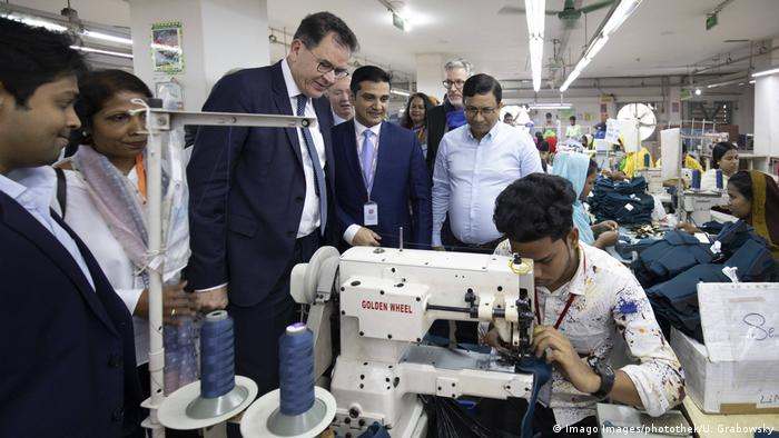 Minister Gerd Müller watches Bangladeshi garment workers