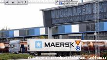08.10.2018, Finnland, Helsinki: Ein LKW mit einem Container der Containerschiffsreederei Maersk fährt im Hafen von Vuosaari. Der weltgrößte Reedereikonzern Maersk geht wegen des Coronavirus-Ausbruchs in China von einem schwachen Start ins Geschäftsjahr 2020 aus. Der Ausbruch habe die Aussichten für das Jahr deutlich undurchsichtiger gemacht, teilte der dänische Schifffahrtsriese am 20.02.2020 bei der Bekanntgabe seiner Jahreszahlen in Kopenhagen mit. Foto: Heikki Saukkomaa/Lehtikuva/dpa +++ dpa-Bildfunk +++ |