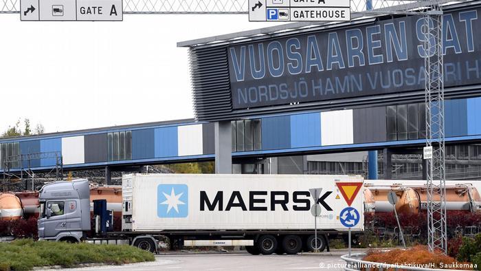 Caminhão com contêiner da empresa Maersk sai de área portuária