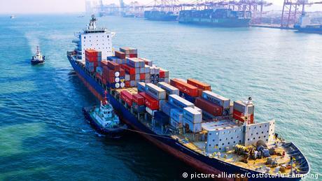 China Port of Qingdao Neues Coronavirus bringt internationale Schifffahrt durcheinander (picture-alliance/Costfoto/Yu Fangping)