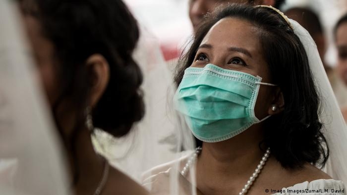Filipina bride wears face mask (Imago Images/Zuma/L.M. David)