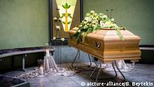 Coffin draped with flowers (picture-alliance/B. Beytekin)