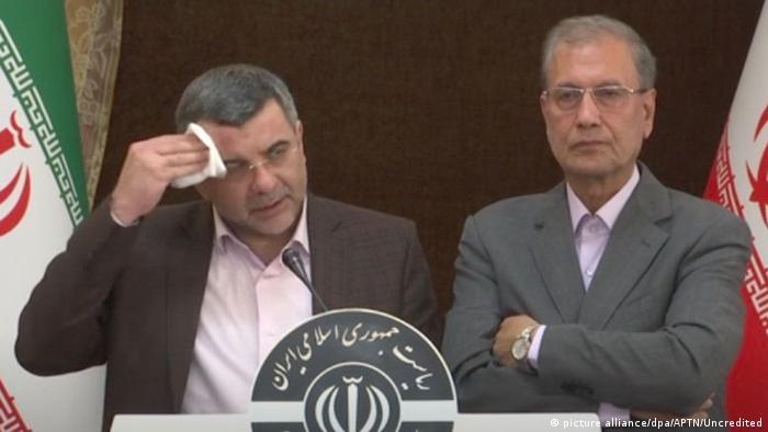 معاون وزیر بهداشت که روز بعد ابتلایش به کرونا تأیید شد با تب و سرفه کنار سخنگوی دولت علی ربیعی
