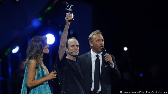 Los animadores del festival de viña junto al comediante Stefan Kramer. Él sostiene un premio de la gaviota.