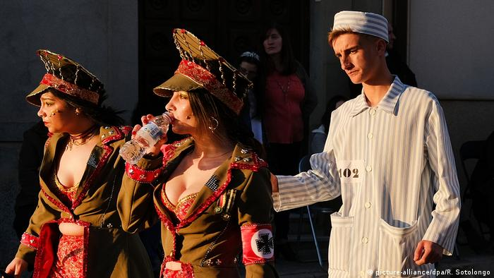 Carnival parade performers dressed up as Nazis in Spain (picture-alliance/dpa/R. Sotolongo)