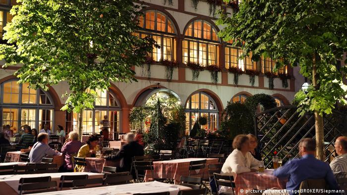 Germany | Regensburg: Restaurant Bischofshof (picture-alliance/imageBROKER/Siepmann)