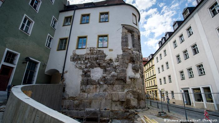 Germany | Regensburg: historical old town Porta praetoria (picture-alliance/dpa/T. Eisenhuth)
