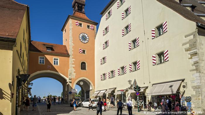 Germany | Regensburg: City gate or bridge tower and Salzstadel salt warehouse (picture-alliance/imageBROKER/R. Kutter)