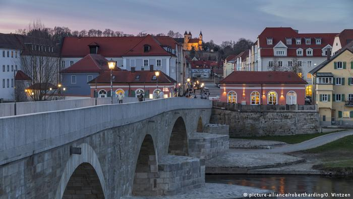 Germany | Regensburg Stadtamhof district in the evening (picture-alliance/robertharding/O. Wintzen)