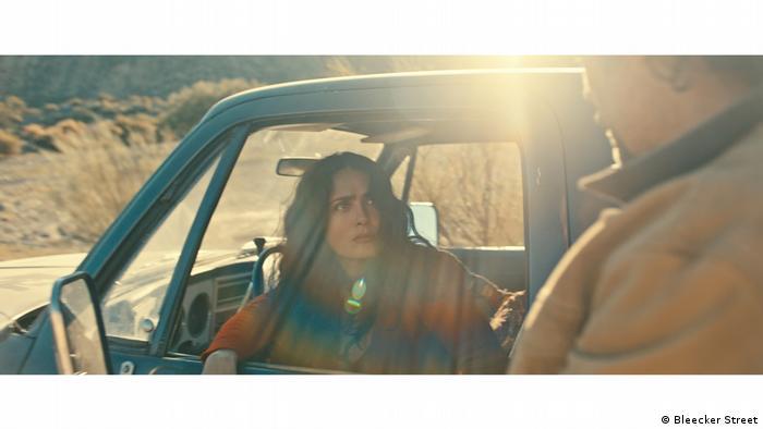 Salma Hayek, en el papel de Dolores. Fotograma de la película The Roads Not Taken.
