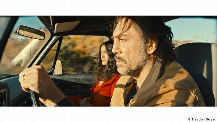 Javier Bardem y Salma Hayek, fotograma de la película The Roads Not Taken.