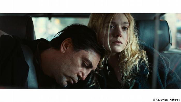 Javier Bardem en el papel de Leo, al que acompaña su hija Molly (Elle Fanning).
