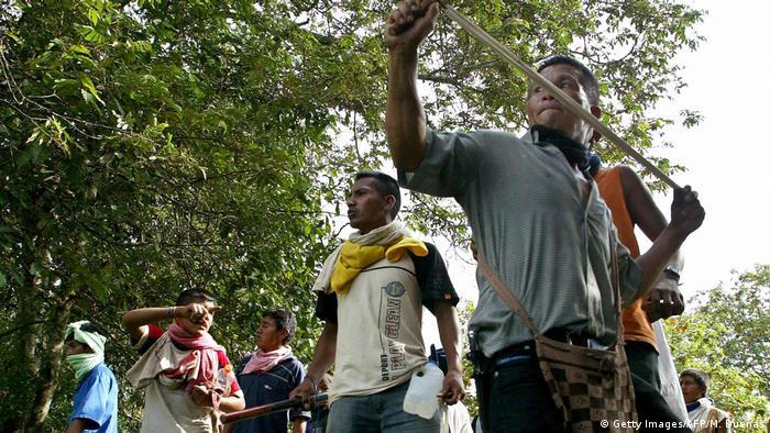 Indígenas del pueblo Nasa o Páez protestan contra presencia de grupos armados en su territorio. Aquí en Caloto, Colombia en 2005.