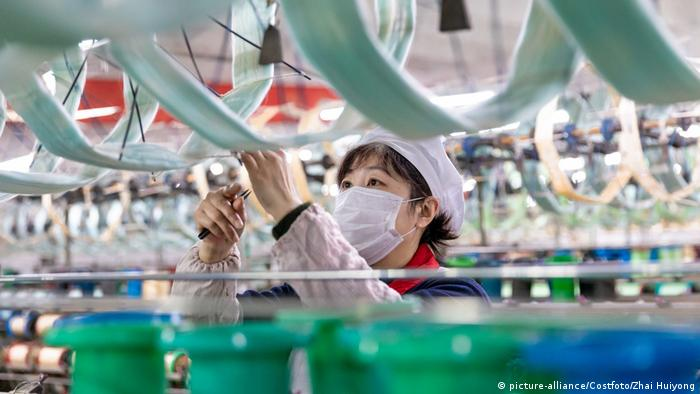Coronavirus China Fabriken nehmen Produktion wieder auf (picture-alliance/Costfoto/Zhai Huiyong)