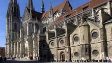 Deutschland | Regensburg: gotischer St. Peter Dom (picture-alliance/dpa/K. Nowottnick)