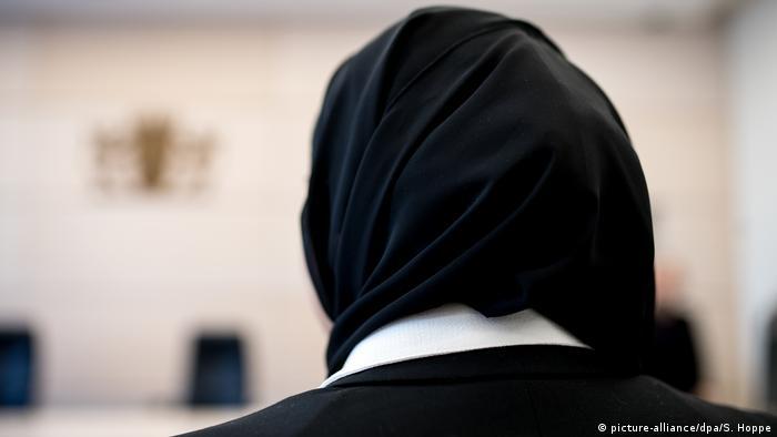 Perempuan mengenakan jilbab