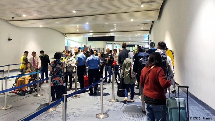 Indonesien Temperaturprüfungen im Flughafen Soekarno Hatta