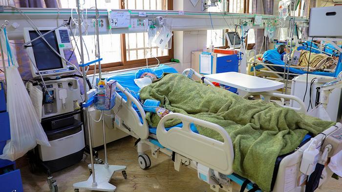 مرضى بفيروس كورونا يتلقون العلاج في مستشفى بطهران